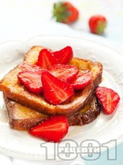 Пържени филийки с мед и пресни ягоди - снимка на рецептата